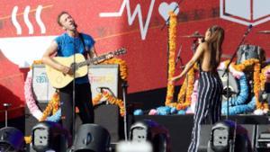 I Coldplay durante il duetto con Ariana Grande.