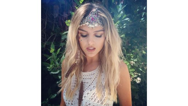 Perrie Edwards con un diadema in testa