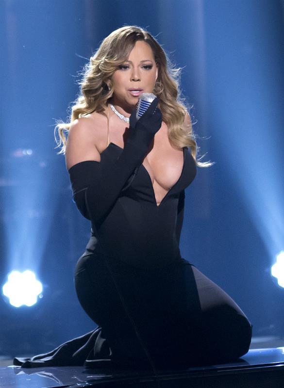 Mariah Carey sul pianoforte durante il suo live