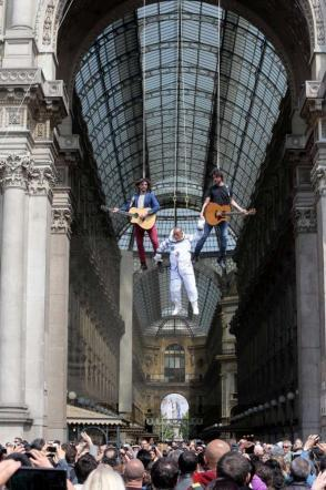 I Sonohra sospesi sopra Piazza Duomo