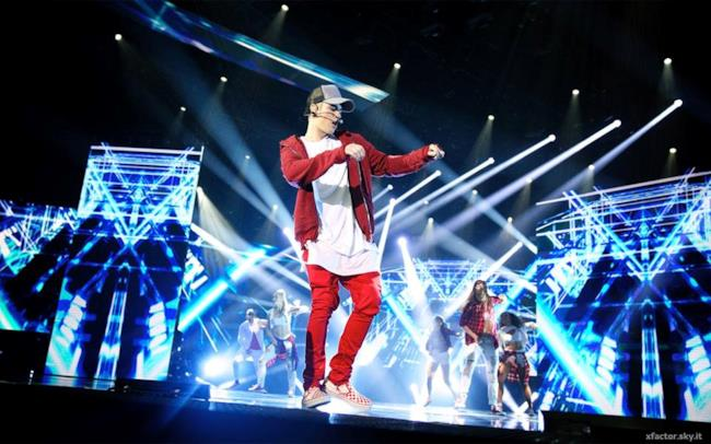 Justin Bieber sul palco di X Factor 9 canta con What Do You Mean?
