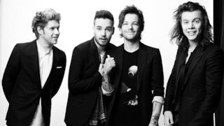 Foto ni bianco e nero degli One Direction in giacca