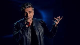 Ligabue canta con il microfono in mano