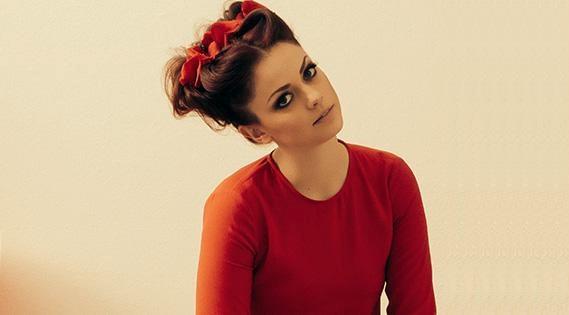 Annalisa Scarrone con fiocco rosso nei capelli