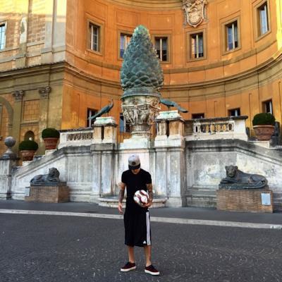 Justin Bieber nel Cortile della Pigna in Vaticano