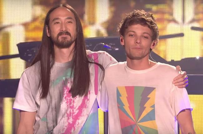 Steve Aoki e Louis Tomlinson sul palco di X Factor UK