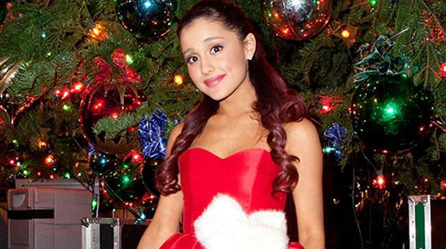 Ariana Grande davanti a un albero di Natale