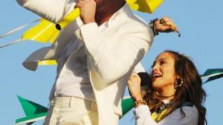 Jennifer Lopez e Pitbull insieme si dimenano felici sul palco