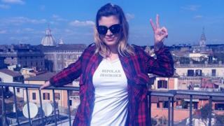Emma Marrone con occhiali da sole