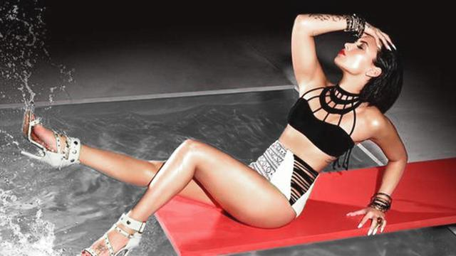Demi Lovato sexy sul trampolino di una piscina