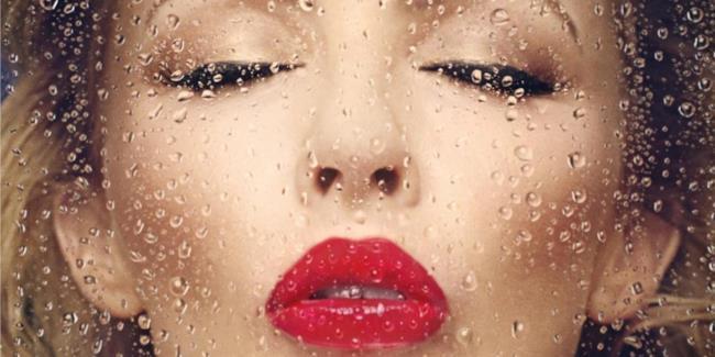 Kylie Minogue con occhi chiusi e rossetto rosso