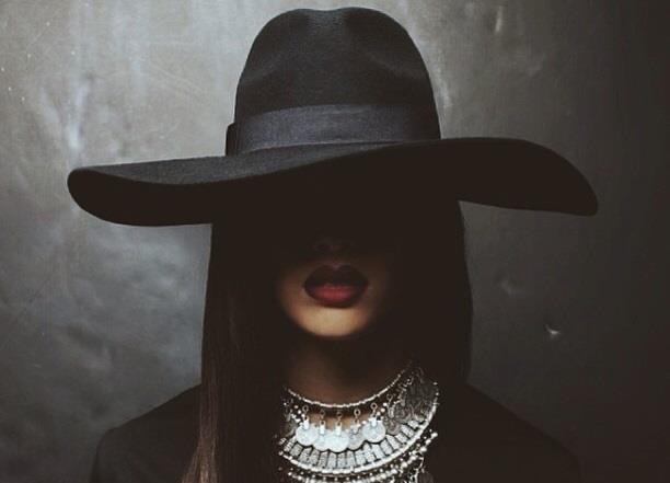 Rihanna con cappello nero a falde larghe