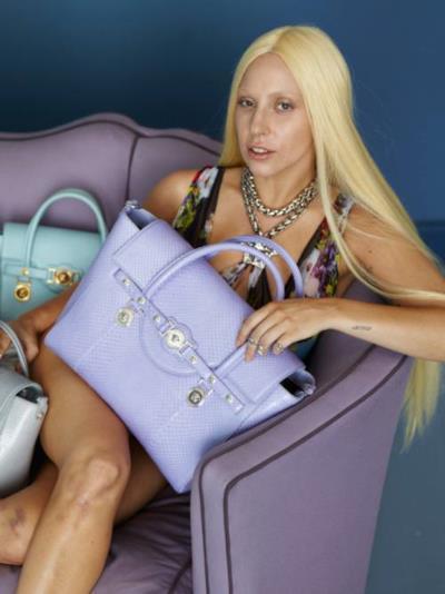Lady Gaga nella campagna pubblicitaria di Versace con i lividi sulle gambe