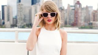 Taylor Swift con occhiali da sole rosa