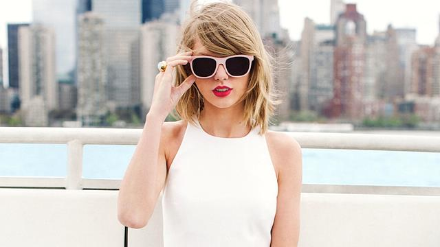 Taylor Swift con occhiali da sole rosa