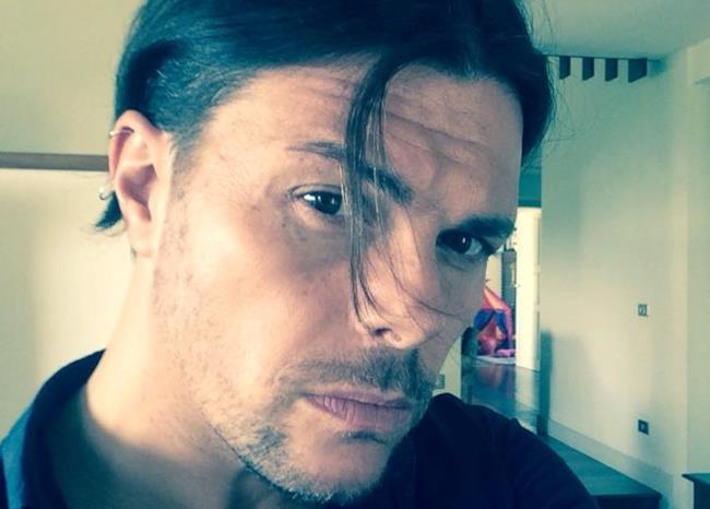 Gianluca Grignani si è tagliato i capelli corti