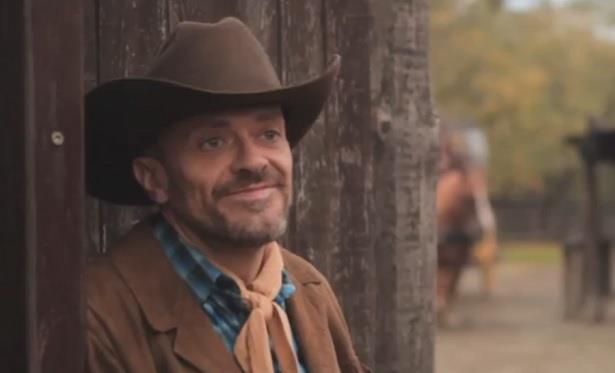 Max Pezzali vestito come un cowboy