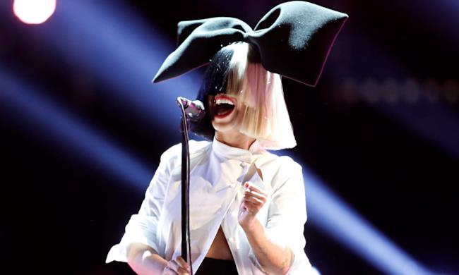 Sia durante una performance da vivo