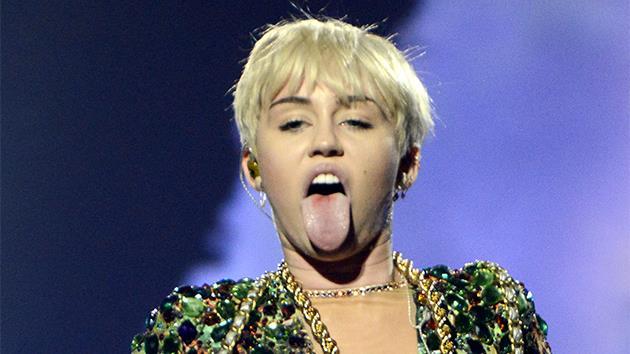 MIley Cyrus con lingua di fuori e capelli scompigliati