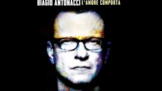 Biagio Antonacci su sfondo nero
