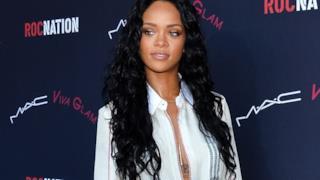 Rihanna con capelli lunghi neri per Mac Cosmetics