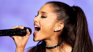 Ariana Grande canta al The Tonight Show di Jimmy Fallon