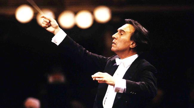 Claudio Abbado, morto a 81 anni, in una foto durante un concerto