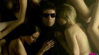 Beady Eye, Shine A Light: Liam Gallagher circondato da donne nude