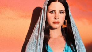 Lana Del Rey vestita come la Madonna