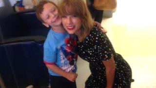 Taylor Swift con un bambino malato di leucemia