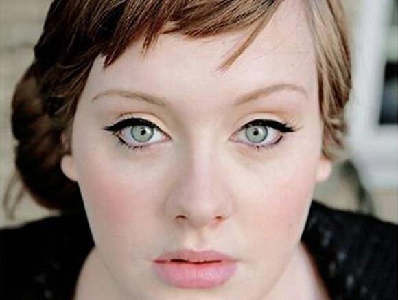 Primo piano della cantante inglese Adele