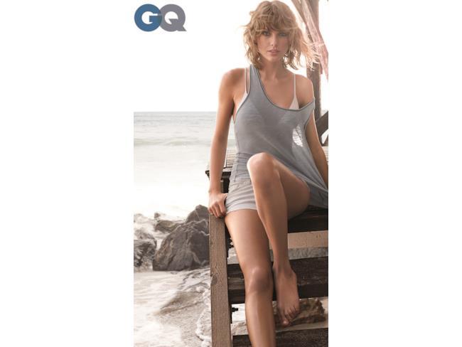 Taylor in riva al mare