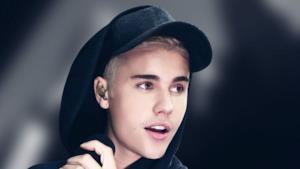 Justin Bieber biondo con cappello e felpa nera