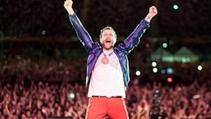Jovanotti con le braccia al cielo durante il Backup Tour