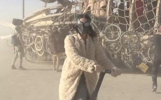 Katy Perry in sella al segway al Burning Man 2015