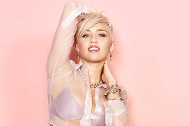Miley Cyrus con camicia trasparente e reggiseno in vista