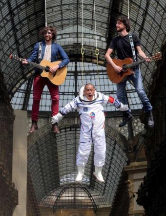 I Sonohra sospesi in aria davanti al Duomo di Milano