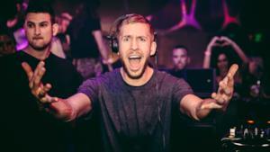 Il DJ Calvin Harris durante una performance live