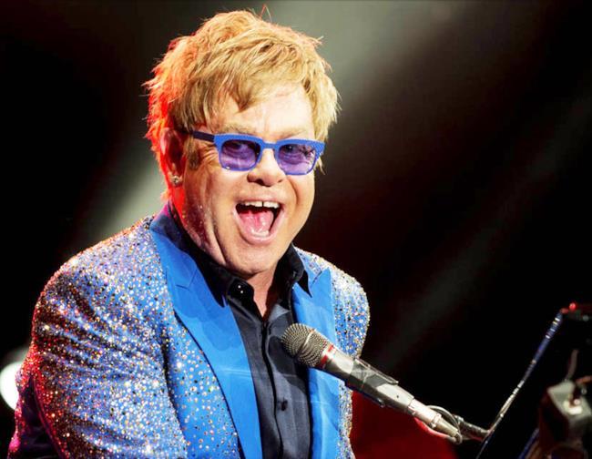 Elton John in una sua performance live, il 4 dicembre sarà a Milano per il suo tour 2014