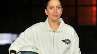 Lady Gaga con il vestito volante Volantis