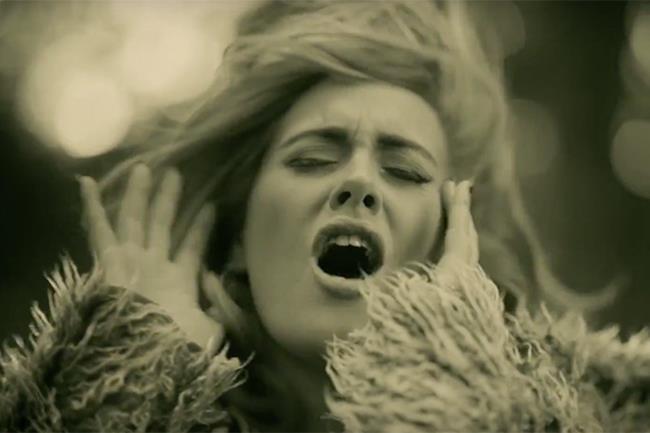 Adele come appare nel video ufficiale di Hello