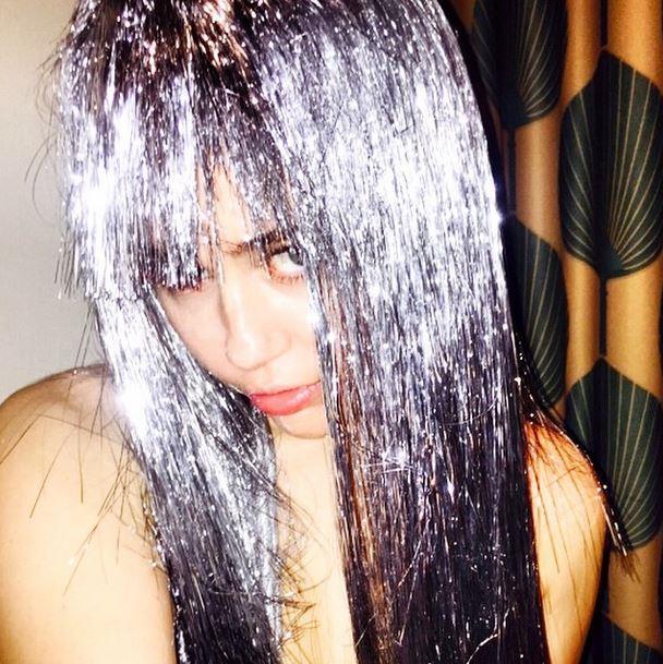 Miley con la parrucca argentata