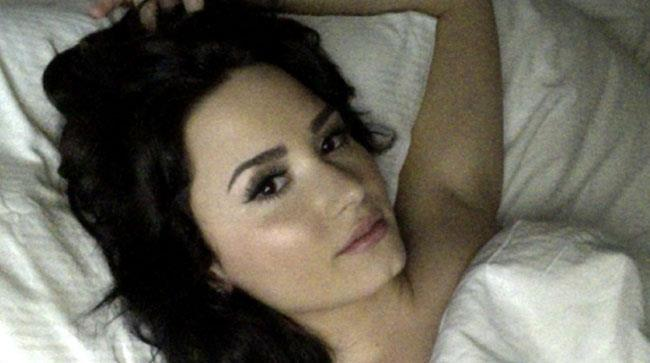 Demi Lovato in posa sexy sotto le lenzuola