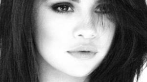 Selena Gomez primo piano in bianco e nero