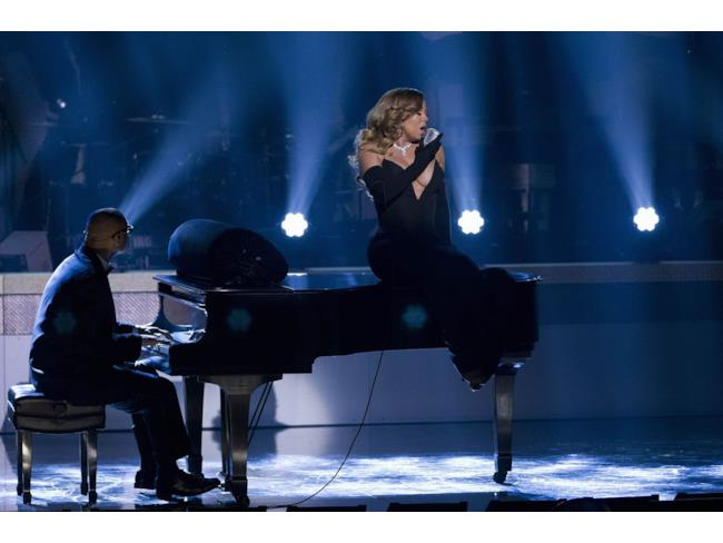 Mariah Carey canta seduta sul pianoforte