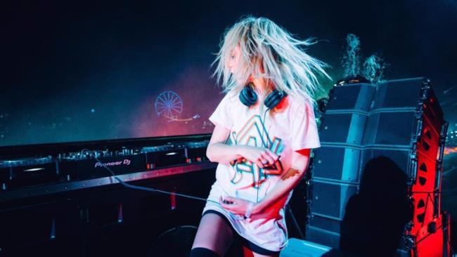 Alison Wonderland  suona il nuovo remix di Skrillex nel suo tour