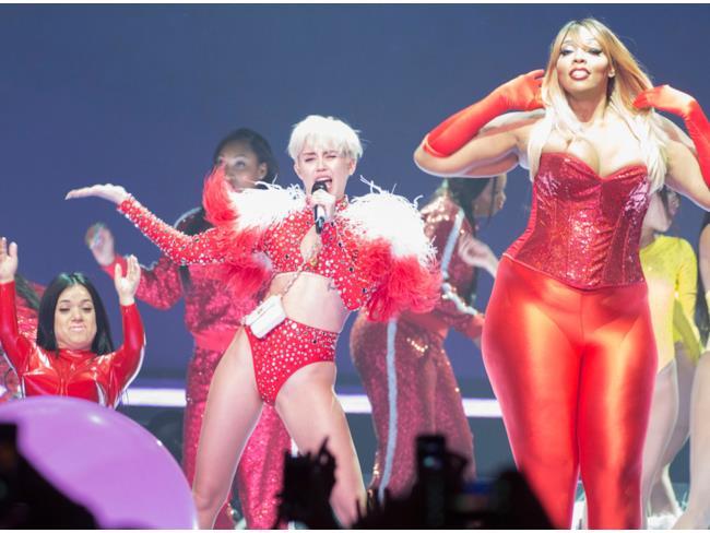 La Cyrus in una performance che la vede al centro della scena