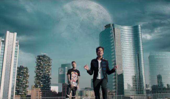 Fedez e Mika nel video ufficiale di Beautiful Disaster