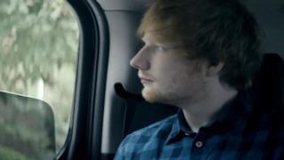 Ed Sheeran in macchina con il finestrino abbassato