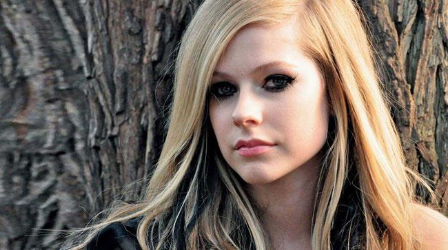 Avril Lavigne, il ritorno con il singolo benefico Fly